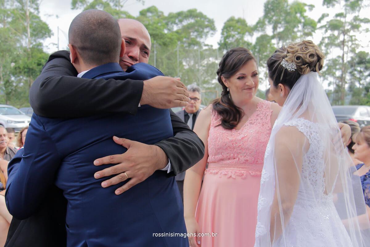 cumprimento do irmão do noivo muita emoção, amor de irmão, muitas lagrimas e alegria dever cumprido