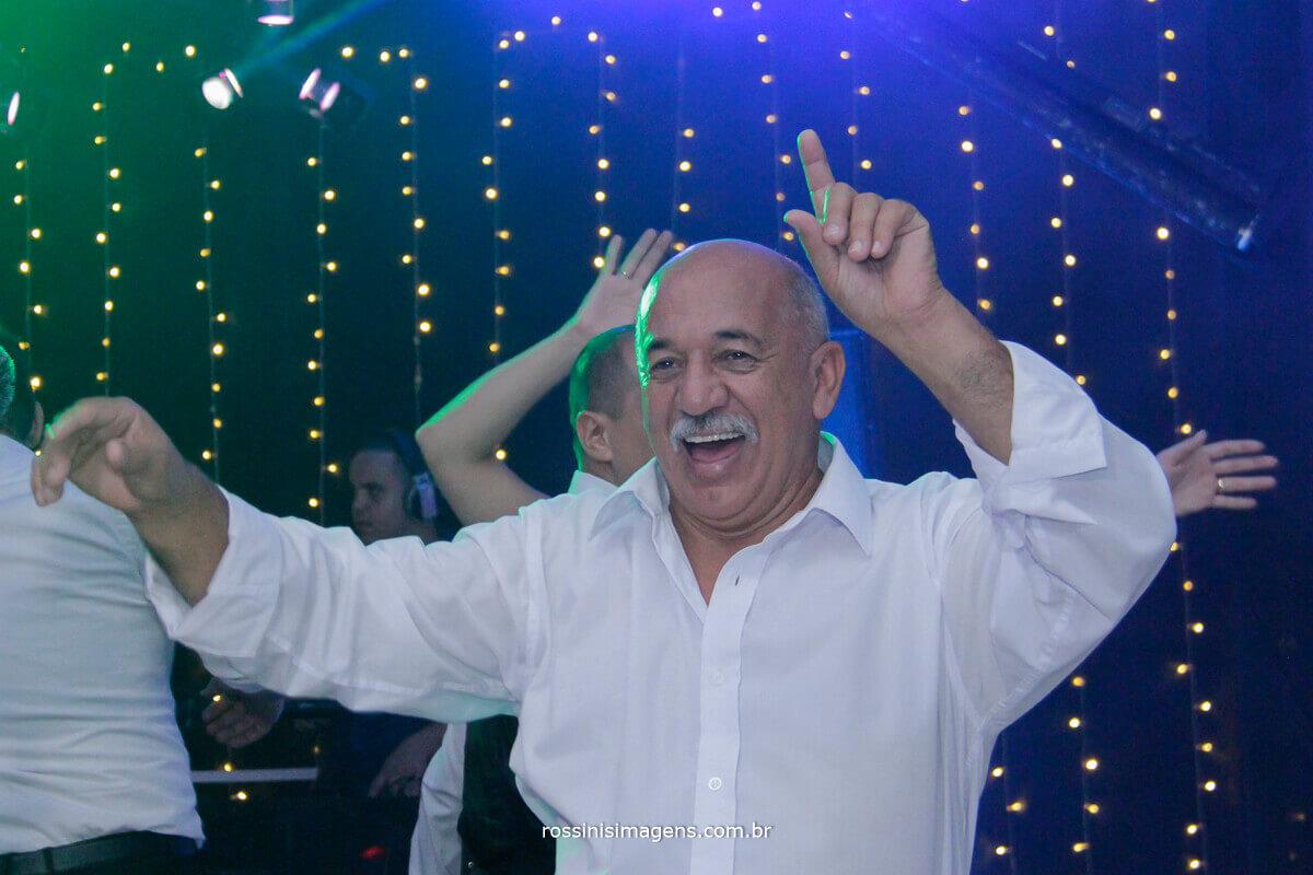 pai do noivo dançando muito na pista de dança comandada por dj maizena