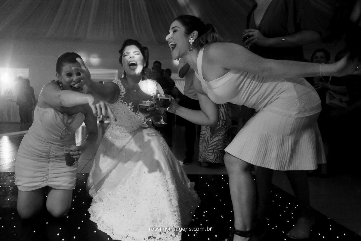 noiva e a migas dançando e cantando muito na pista de dança casamento top aminado
