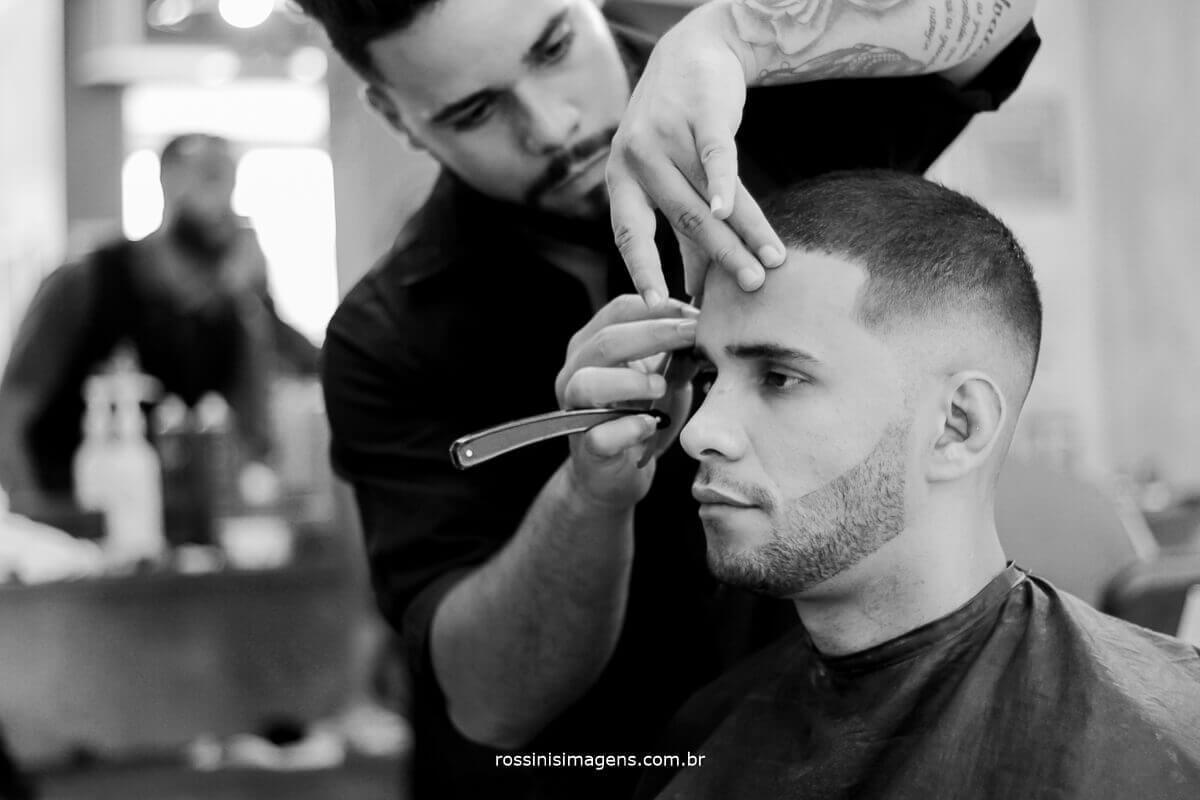o noivo na barbearia se preparando para o grande momento