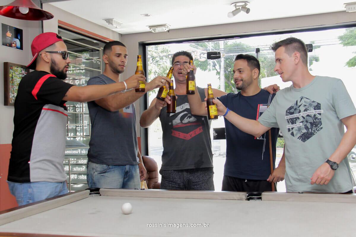 o dia do noivo começa com a quela cervejinha com os amigos e padrinhos