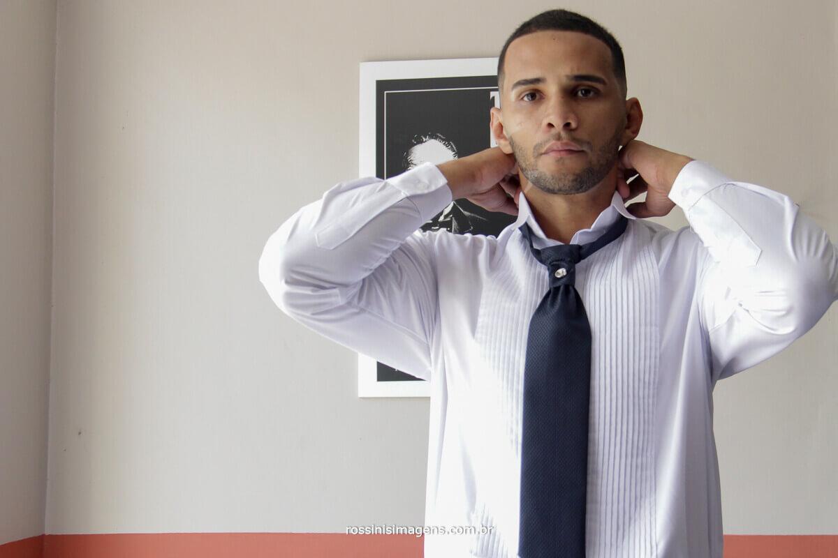 noivo marcelo colocando gravata no making of