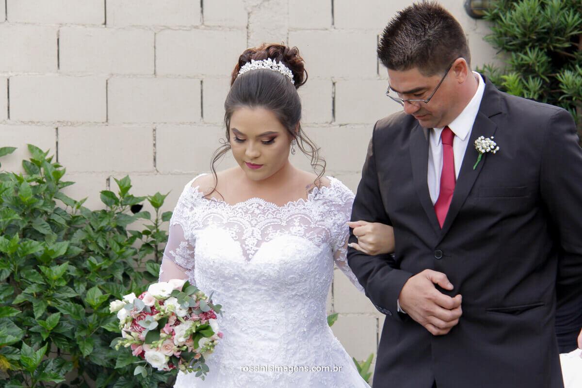 entrada da noiva com o pai cavalheiro com sua filha