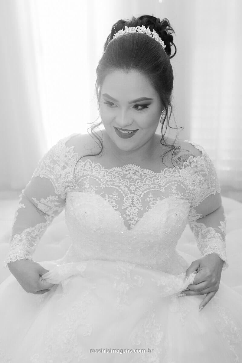 ana julie noiva colocando sapato na mansão das noivas oficial gisele grenza suzano