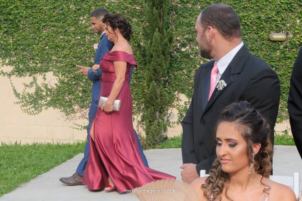 entrada do noivo com sua mãe muito emocionada