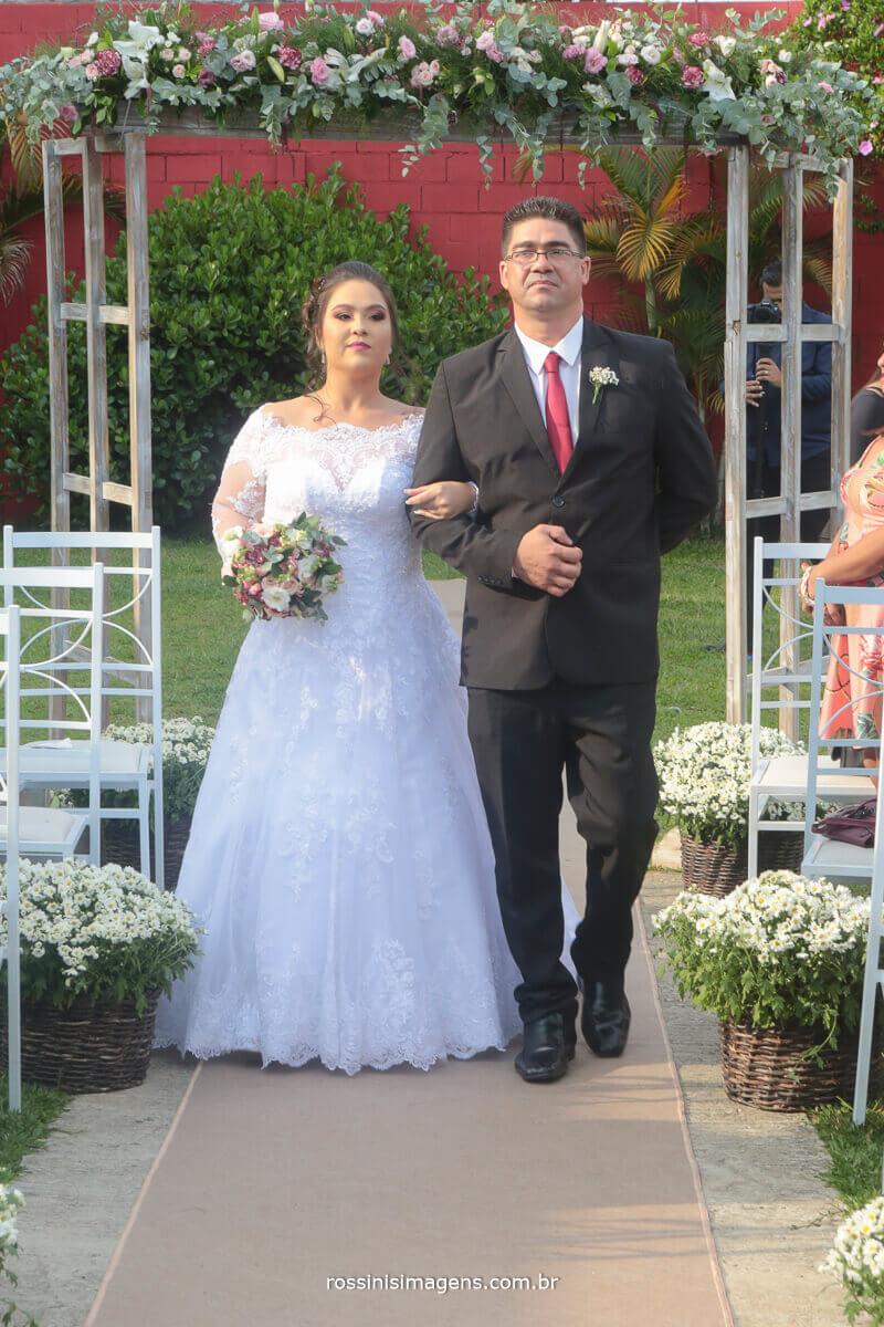 entrada da noiva no tapete principal, entrada triunfal da noiva no Di ungaro espaço para casamento em suzano