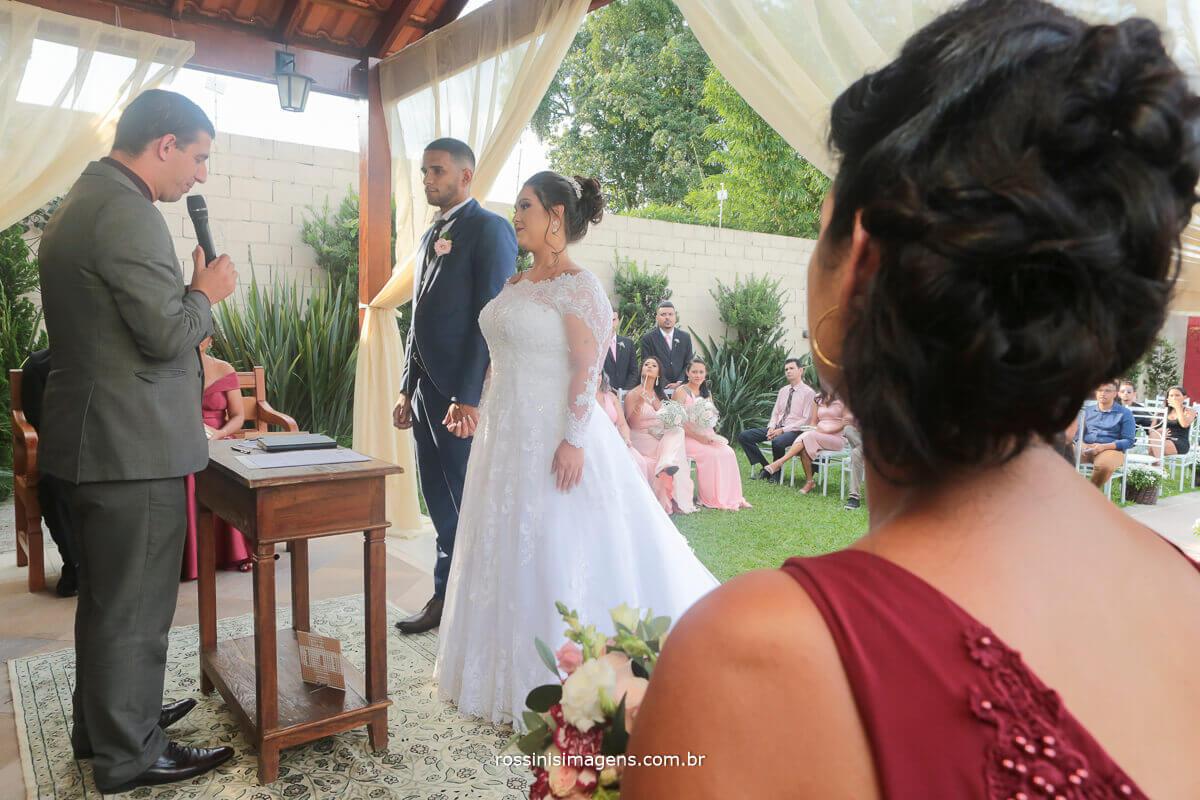 mae olhando. noivos no altar, rossinis imagens fotografia e video de casamento