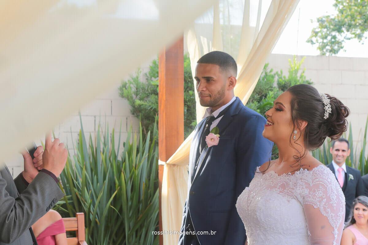 foto de casamento em suzano no di ungaro rossinis imagens, casal rindo no altar