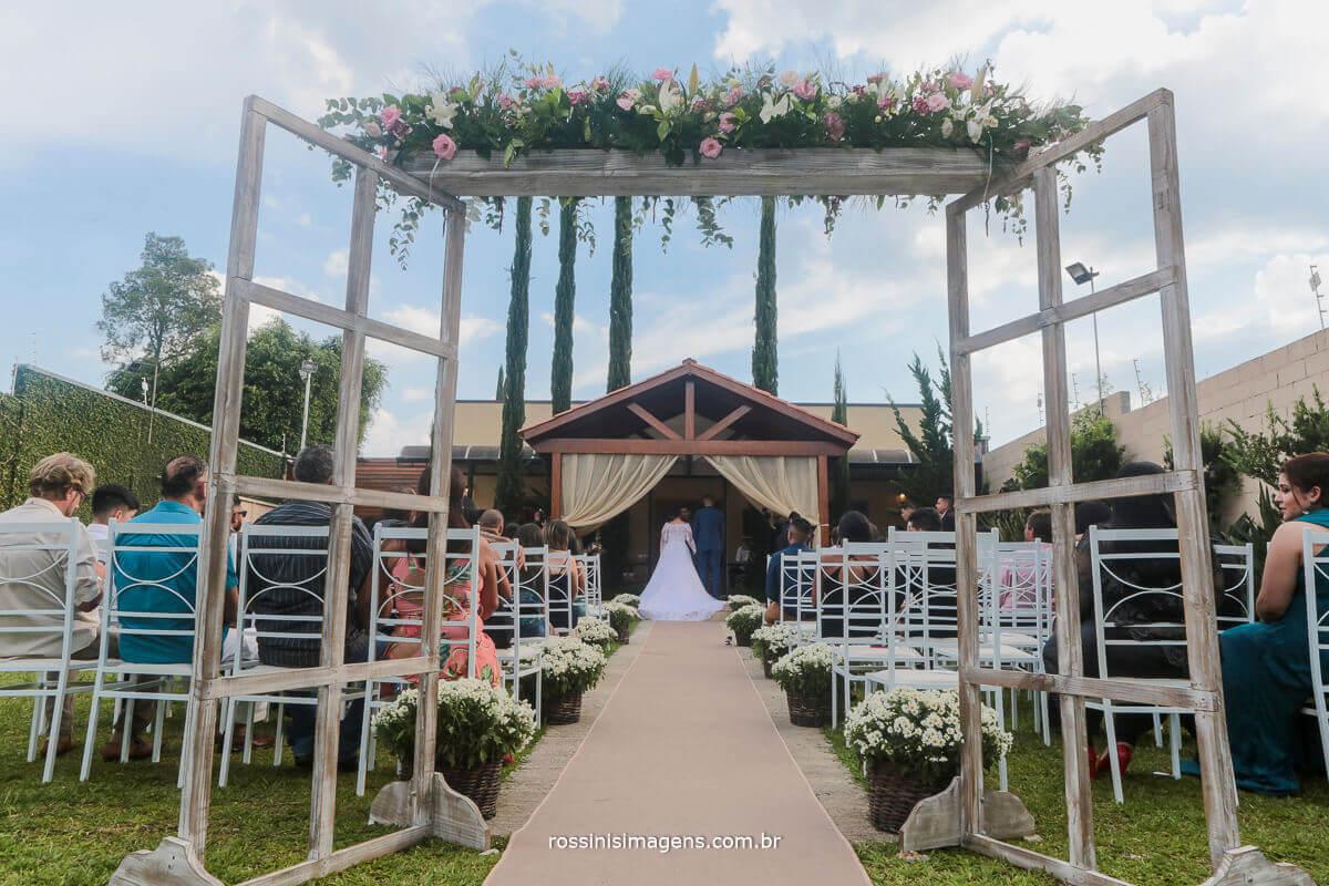 fotografia do corredor, noivos no altar de costa, ceu azul dia lindo para casamento em suzano, espaço di ungaro rossinis imagens e assessoria da debora fernandes