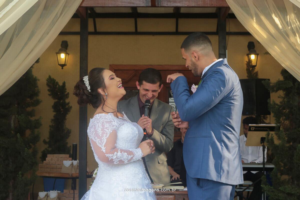 noivo chorando nos votos do casamento, e noivo rindo