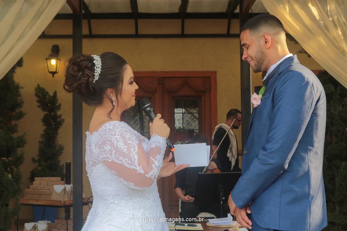 noiva declarando seu amor ao noivo nos votos do casamento