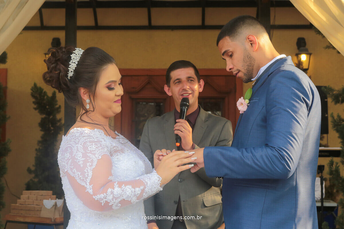 noiva colocando a aliança no noivo emocionado, foto e video de casamento em suzano foto e video