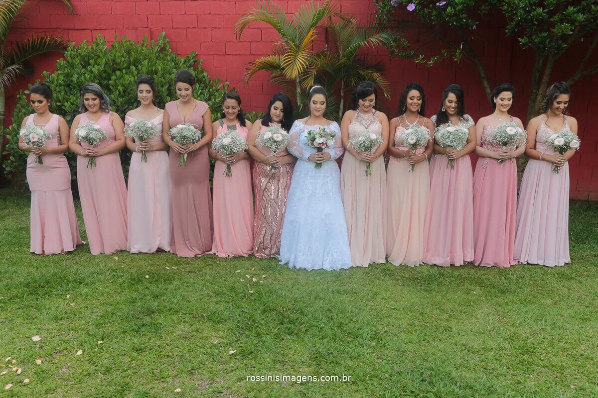 fotografia de casamento em suznao e região madrinhas e a noiva com os buquês foto lindo de inspiração