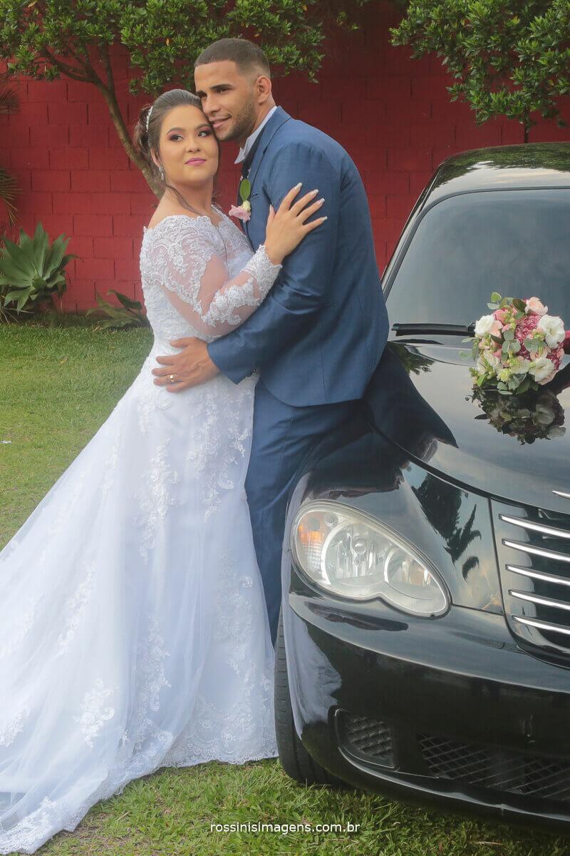 fotografia de casamento carro da noiva, noivo e noiva abraçados