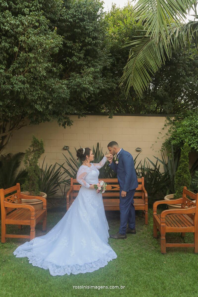 fotografia de casamento noivo beijando a mao da noiva no ensaio apos a cerimonia