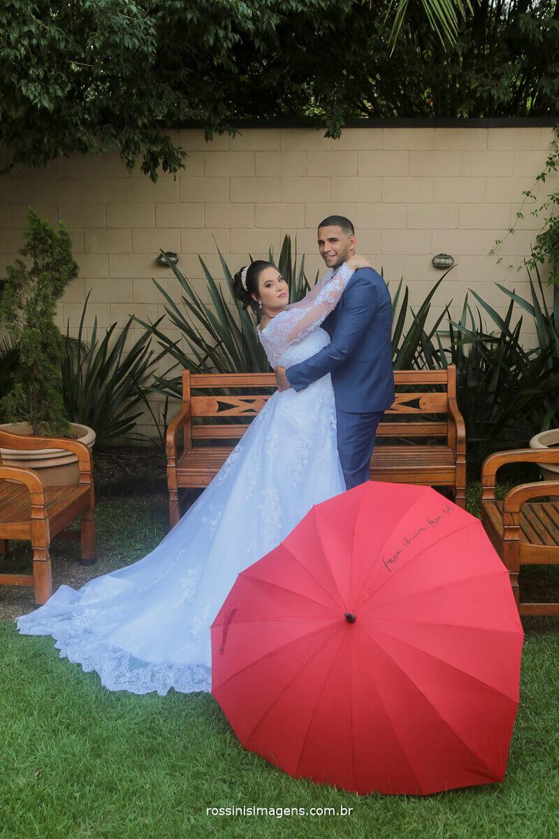 ensaio de fotos apos a cerimonia de casamento noivos com uma linda sombrinha de coração