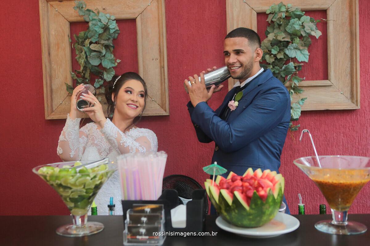 abertura da recepção noivos fazendo drink no bartender tiago bacan