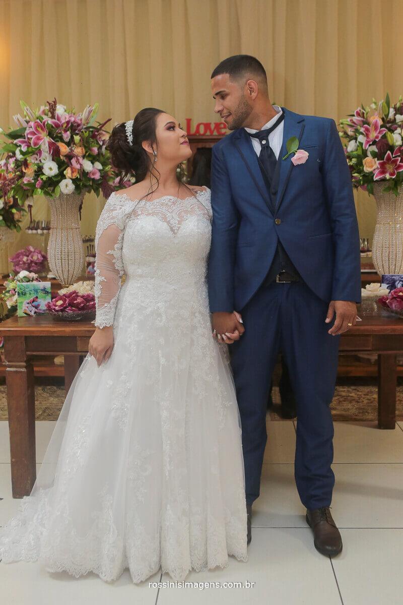 fotos na linda mesa do bolo casal olhando