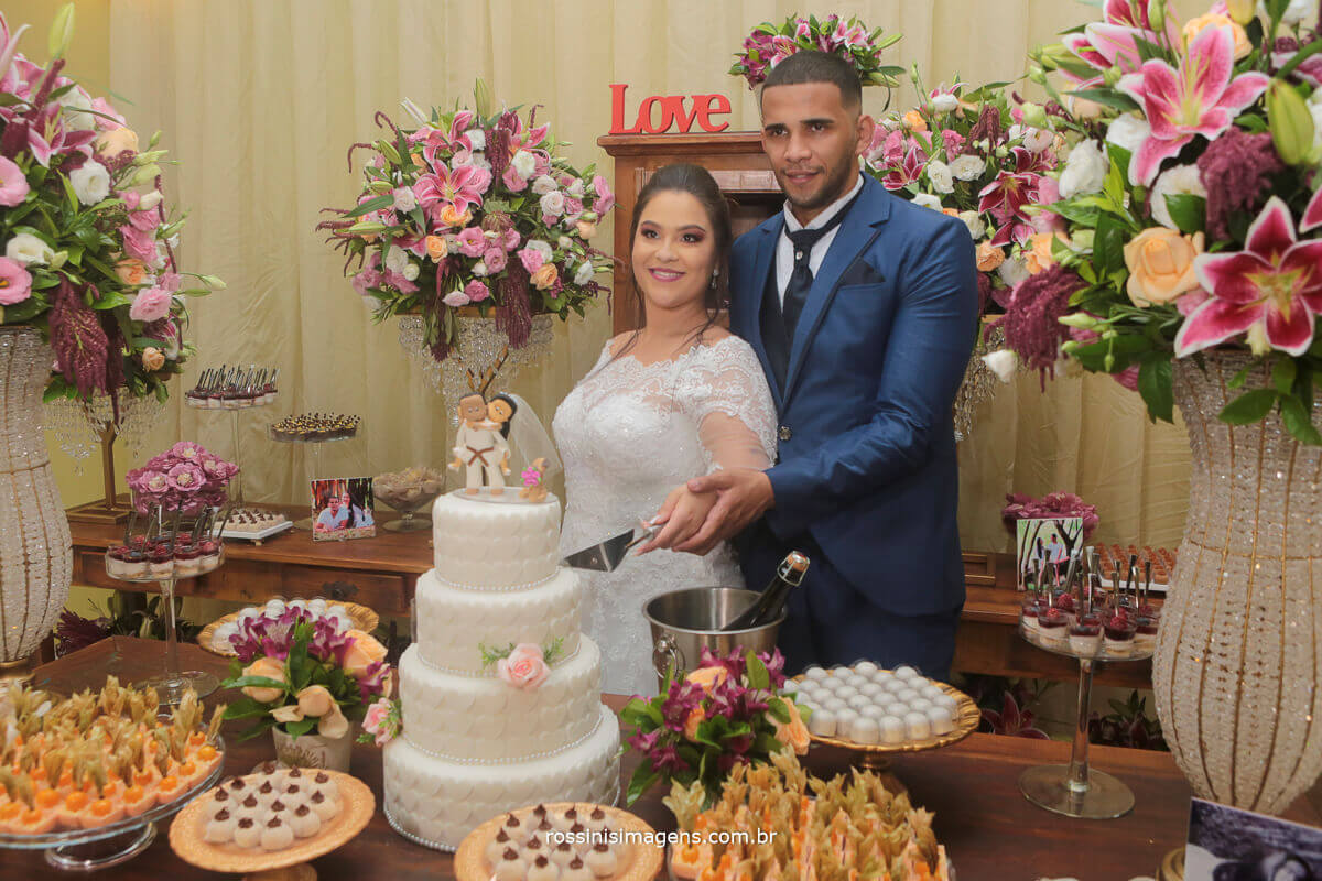 casal fazendo o corte do bolo de casamento