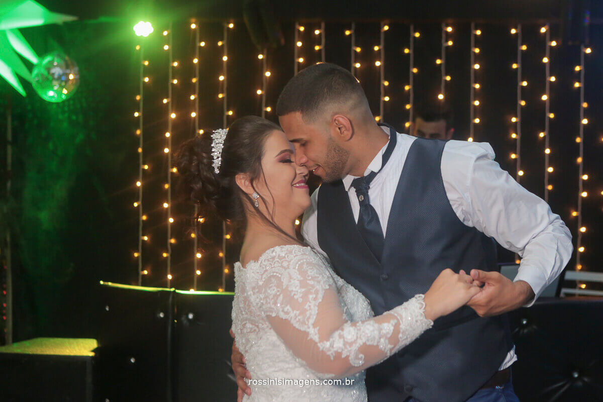 dança dos noivos , balada pista de dança com o casal