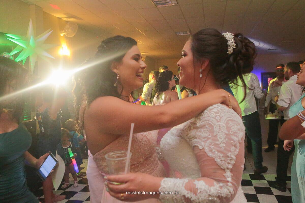 noiva e amiga na pista de dança momento lindo