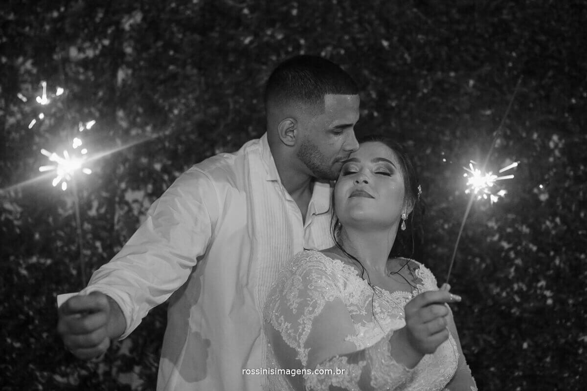 casal com sparkles na sessão de fotos com o casal