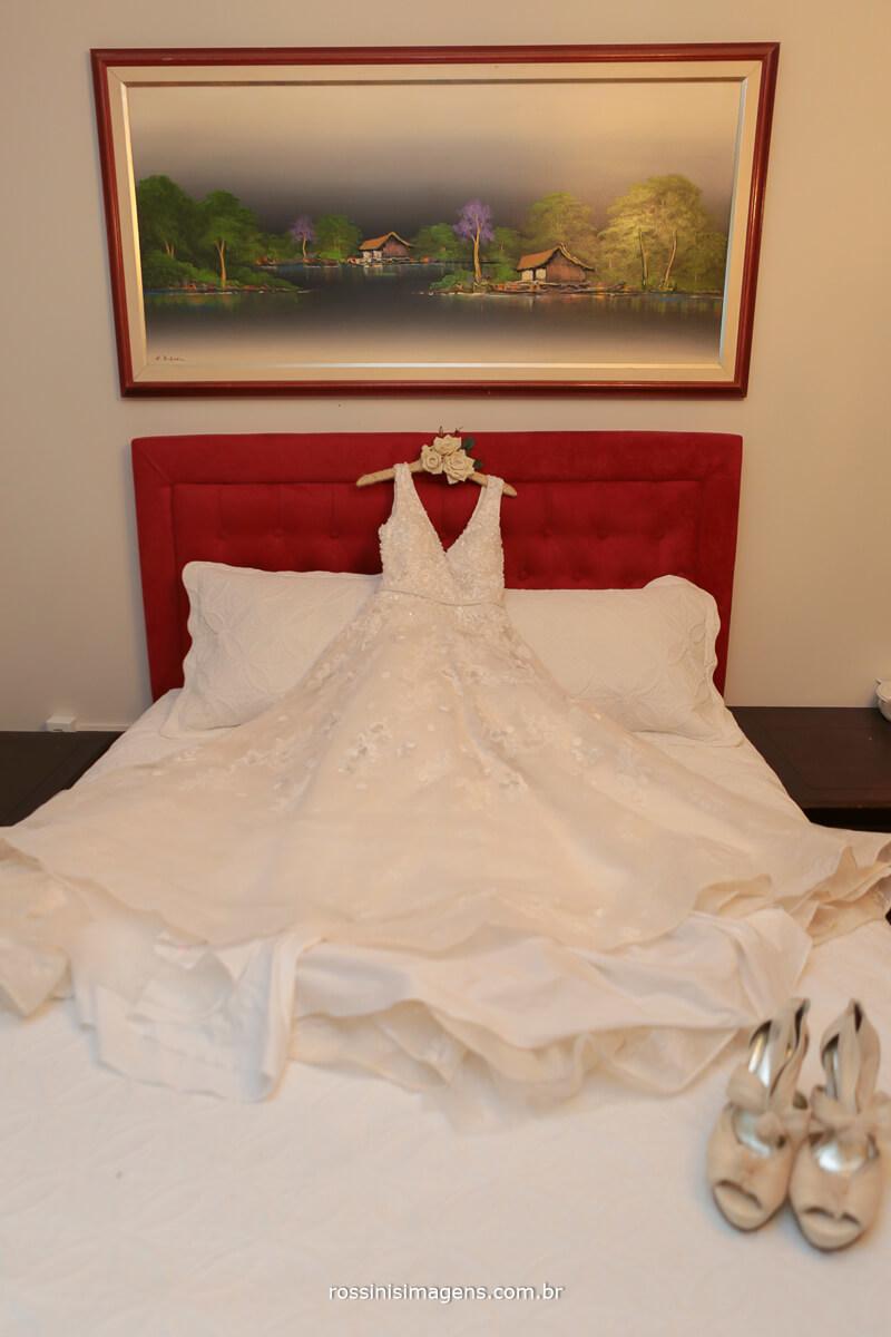 vestido da noiva na cama, rossinis imagens, cabeceira de cama vermelha