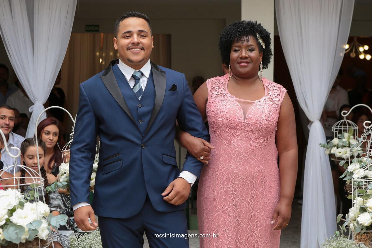 entrada do noivo com sua mãe
