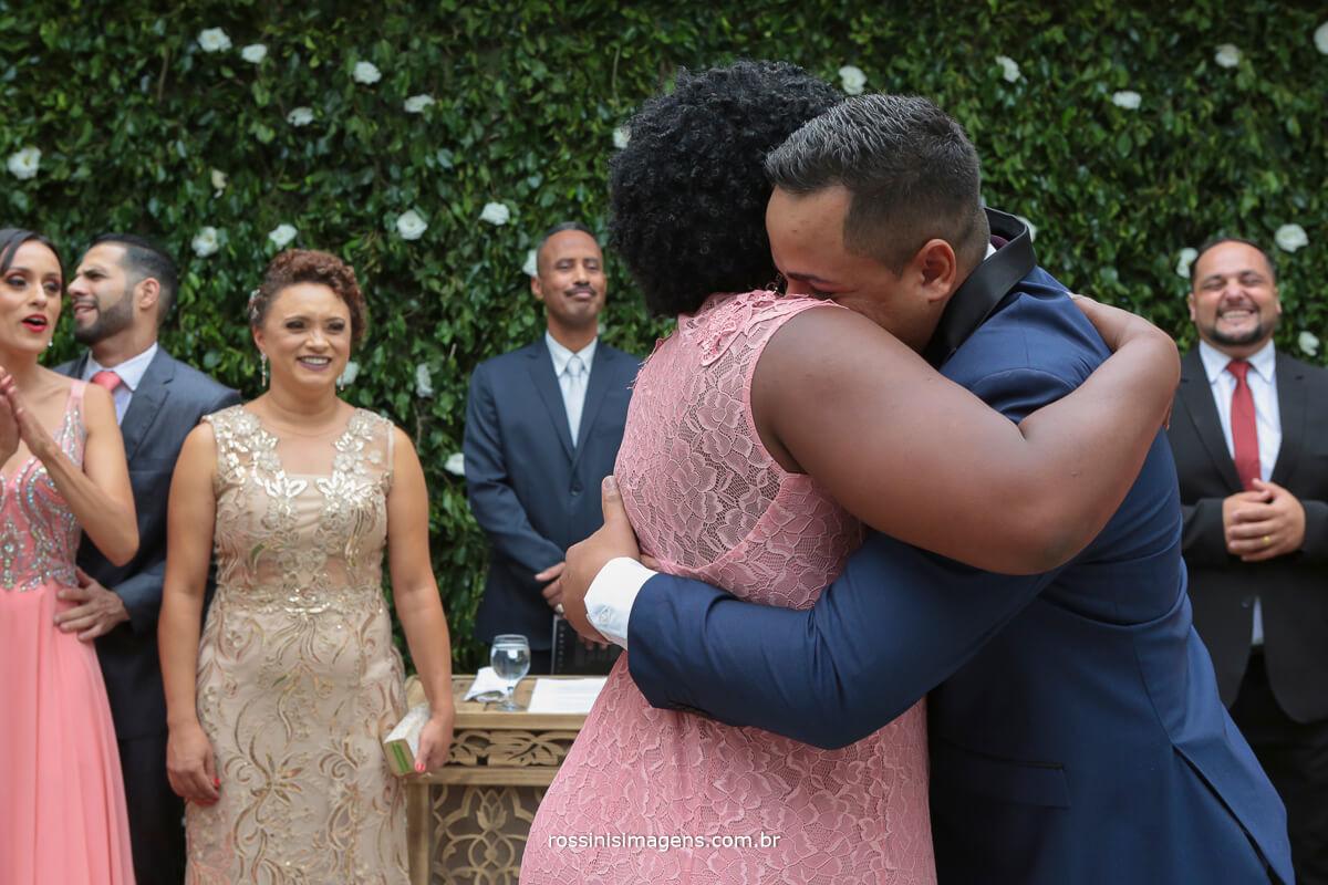entrada do noivo com a braço da mãe, noivo chorando
