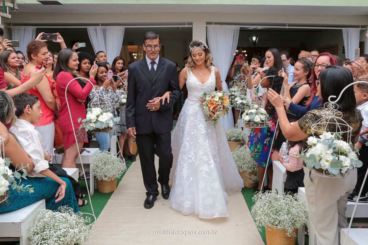 entrada da noiva com seu pai, aplausos dos convidados na estrada da noiva