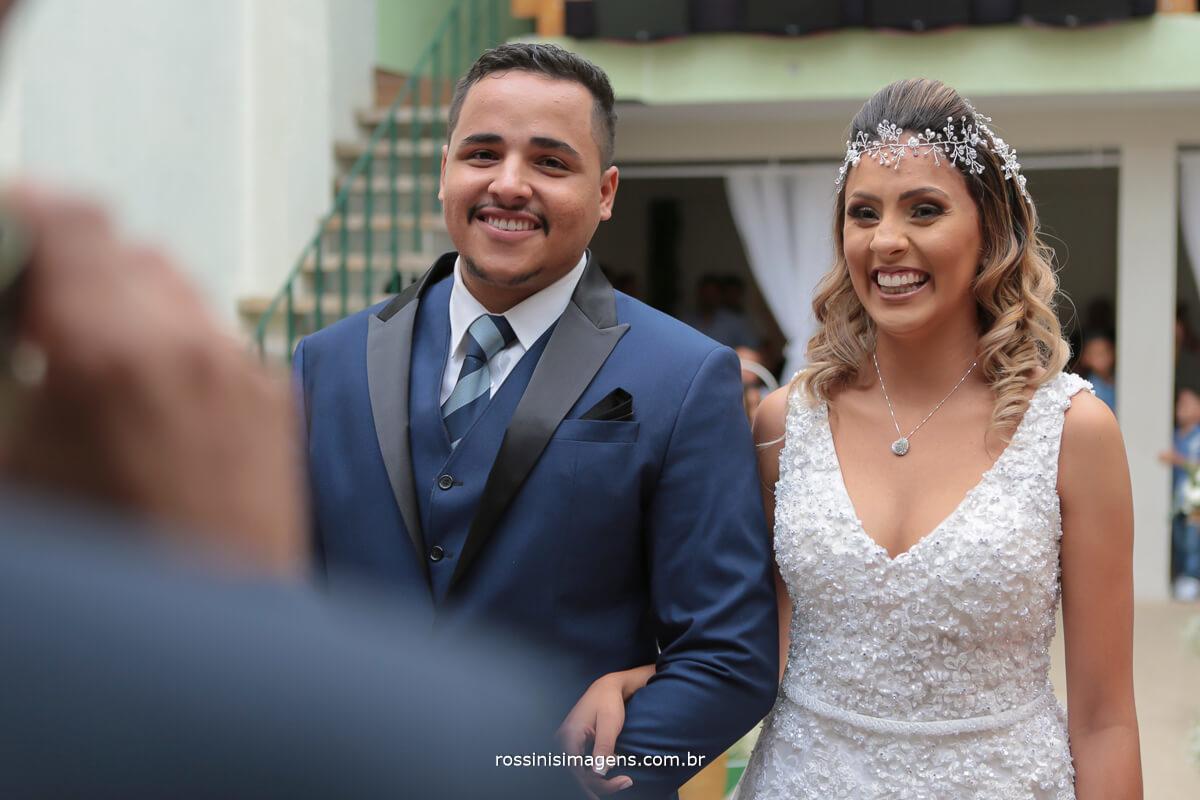 noivos felizes, casal sorrindo, alegria e felicidade no casamento