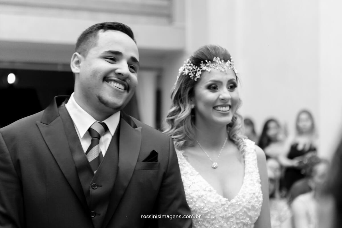 fotografia pb de casamento, noivos felizes e sorrindo