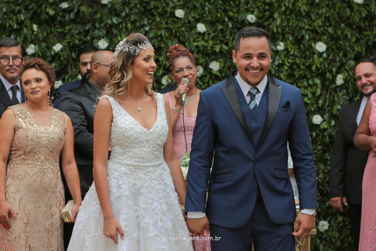 entrada das alianças noivos emocionados