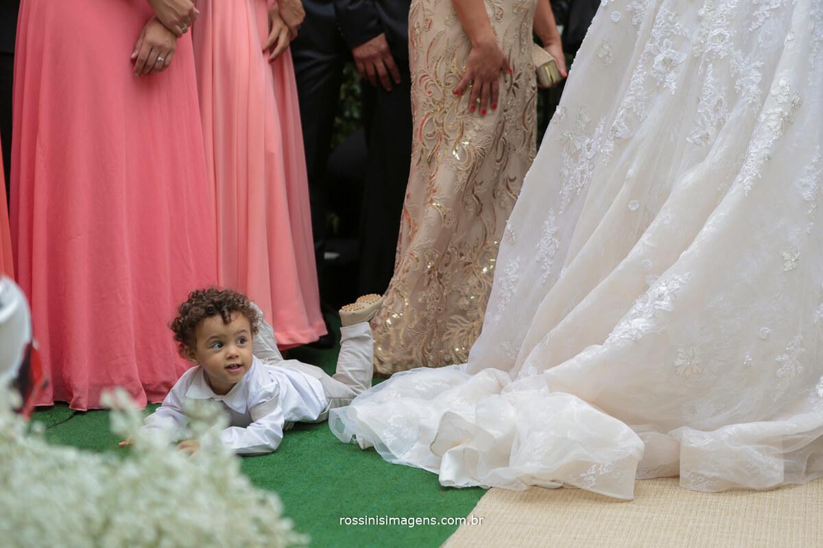 foto art crianças na cerimonia de casamento no vestido da noiva