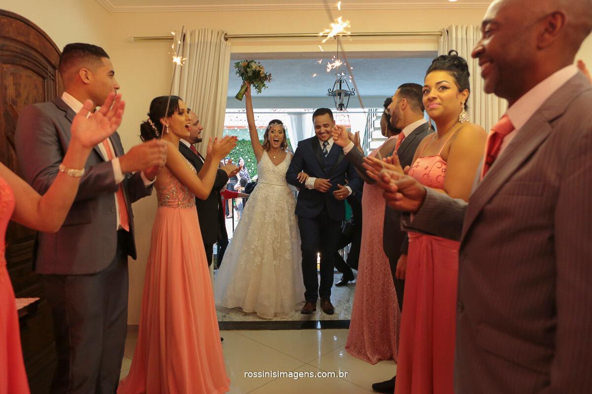 noivos no corredor com sparkles, sparkles no casamento