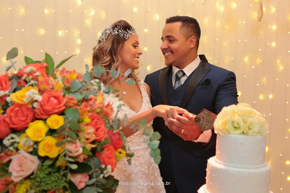 fotografia de casamento, noivos no corte do bolo