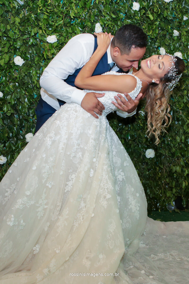 fotos apos a cerimonia de casamento com os noivos claudia e caio no buffet spazio casa nostra
