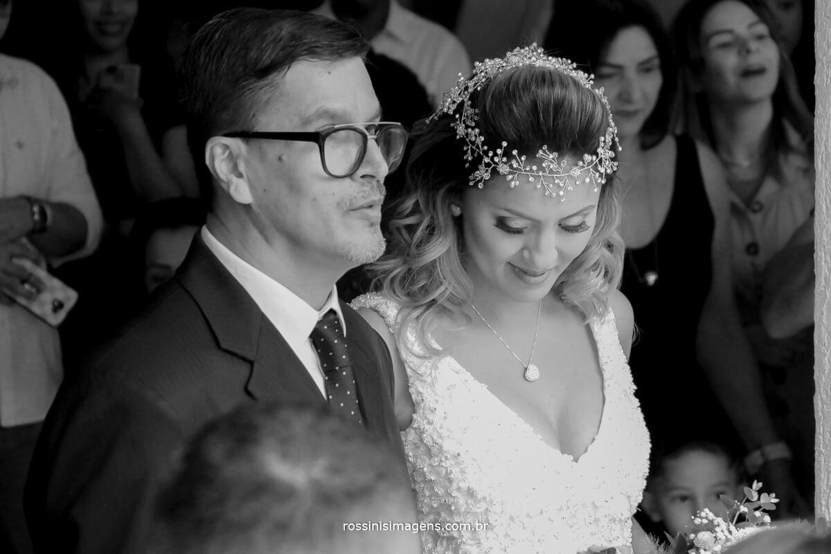 entrada da noiva emocionada junto ao pai
