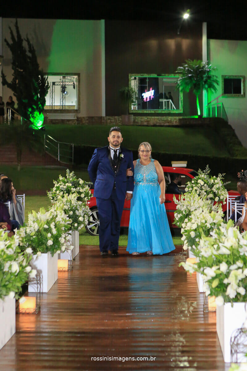 entrada do noivo com a mãe
