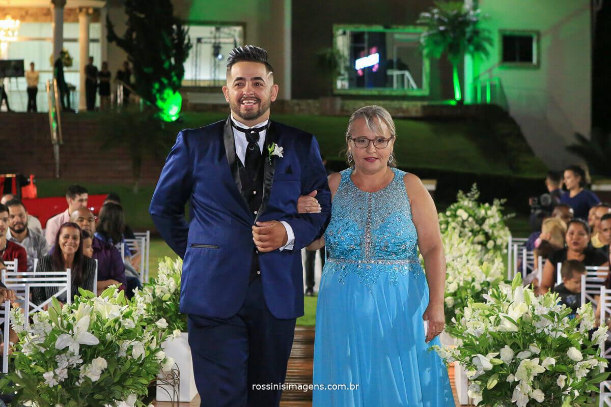 noivo com a mae no tapete entrada da cerimonia
