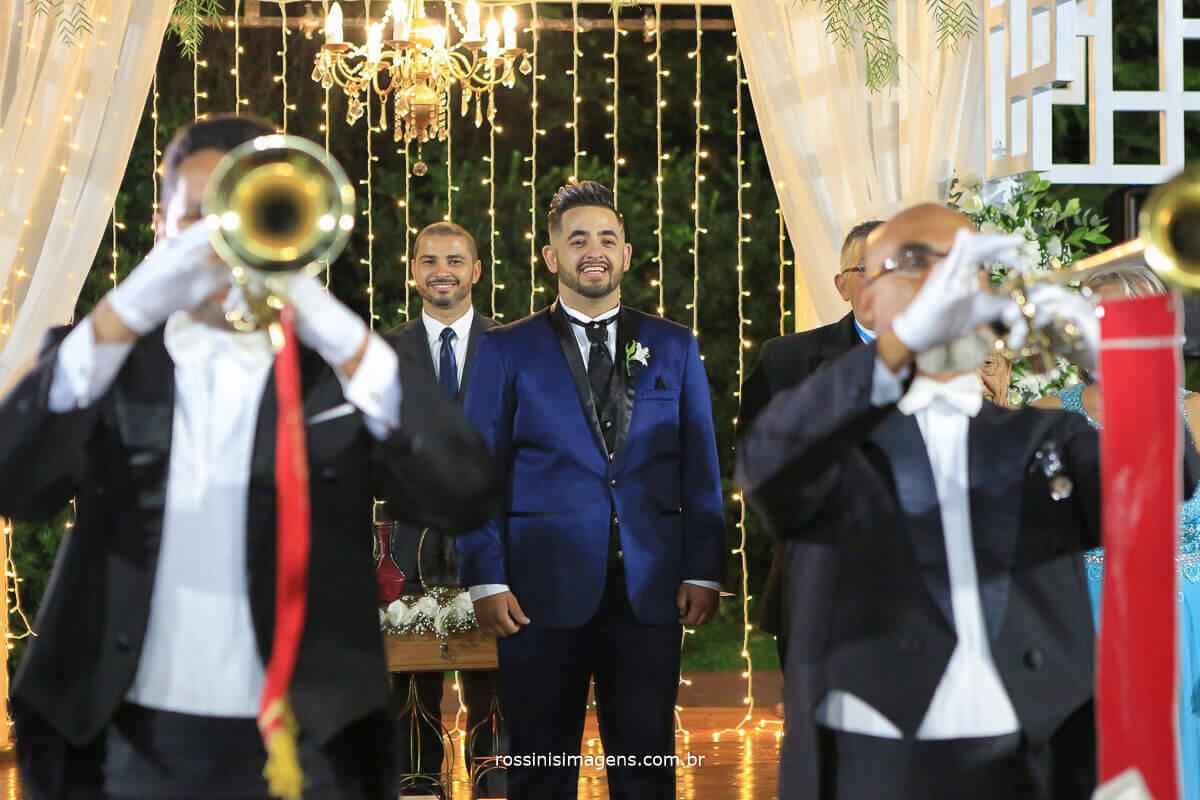 orquestra na entrada da noiva, noivo no altar