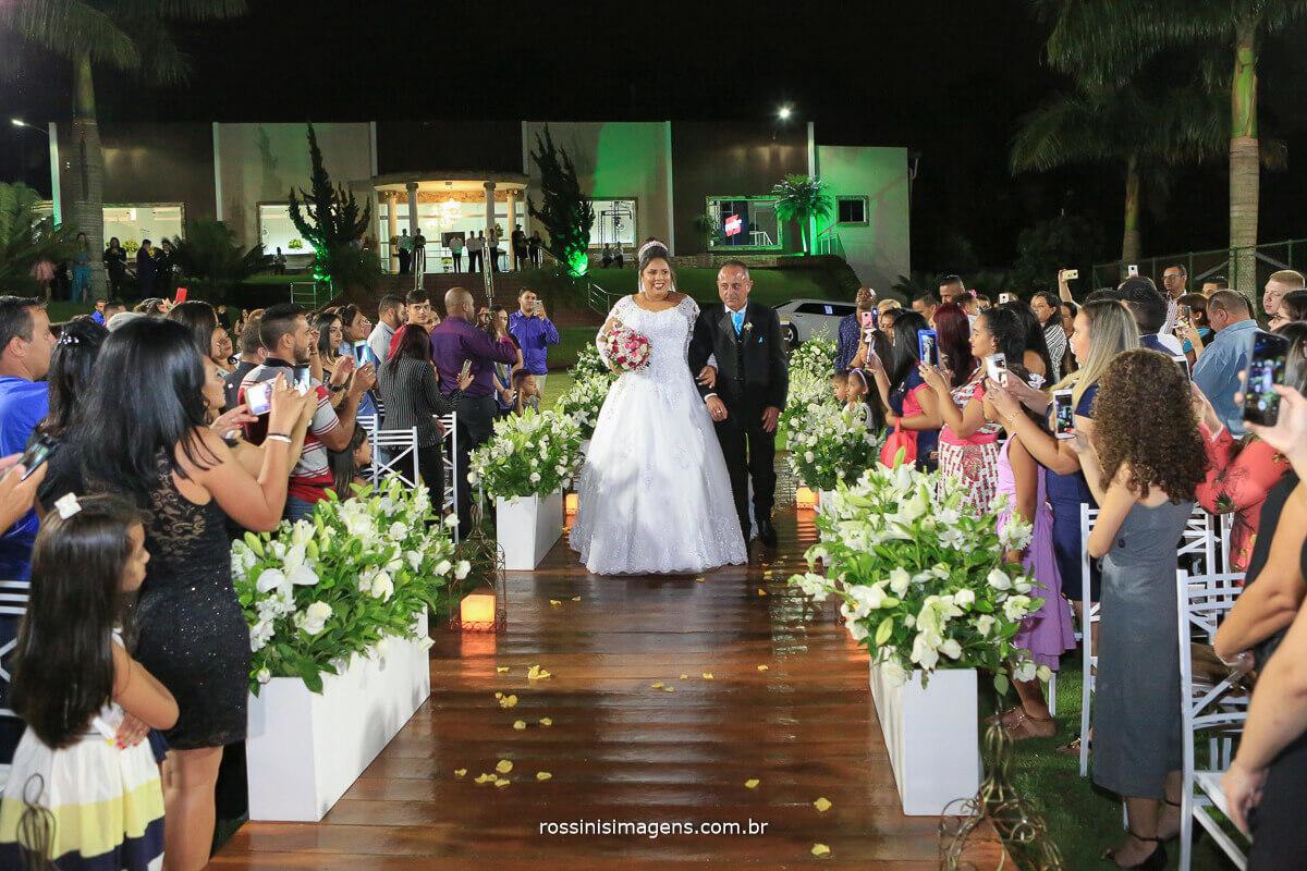 entrada da noiva, noiva no altar, pai entrando com a filha no casamento