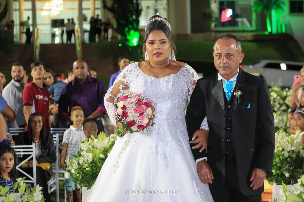 noiva entrando com o pai chacara torres casamento de noite