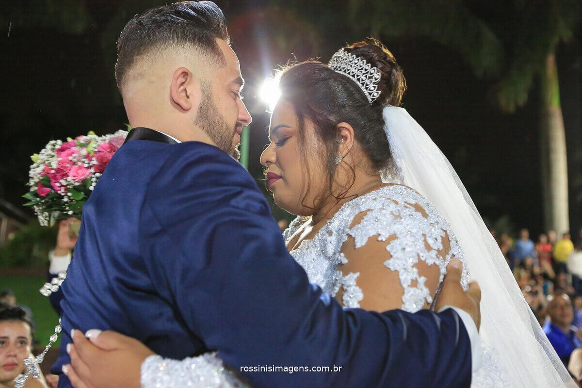 noiva emocionada com beijo, casamento thamiris e amauri na chacara torres
