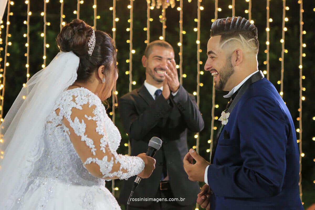 alegria e animação gratidão noiva no altar