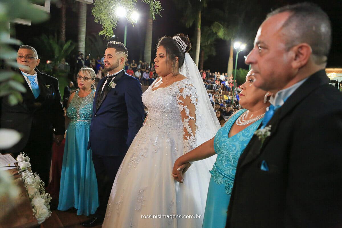 momento de oração com os pais dos noivos no altar