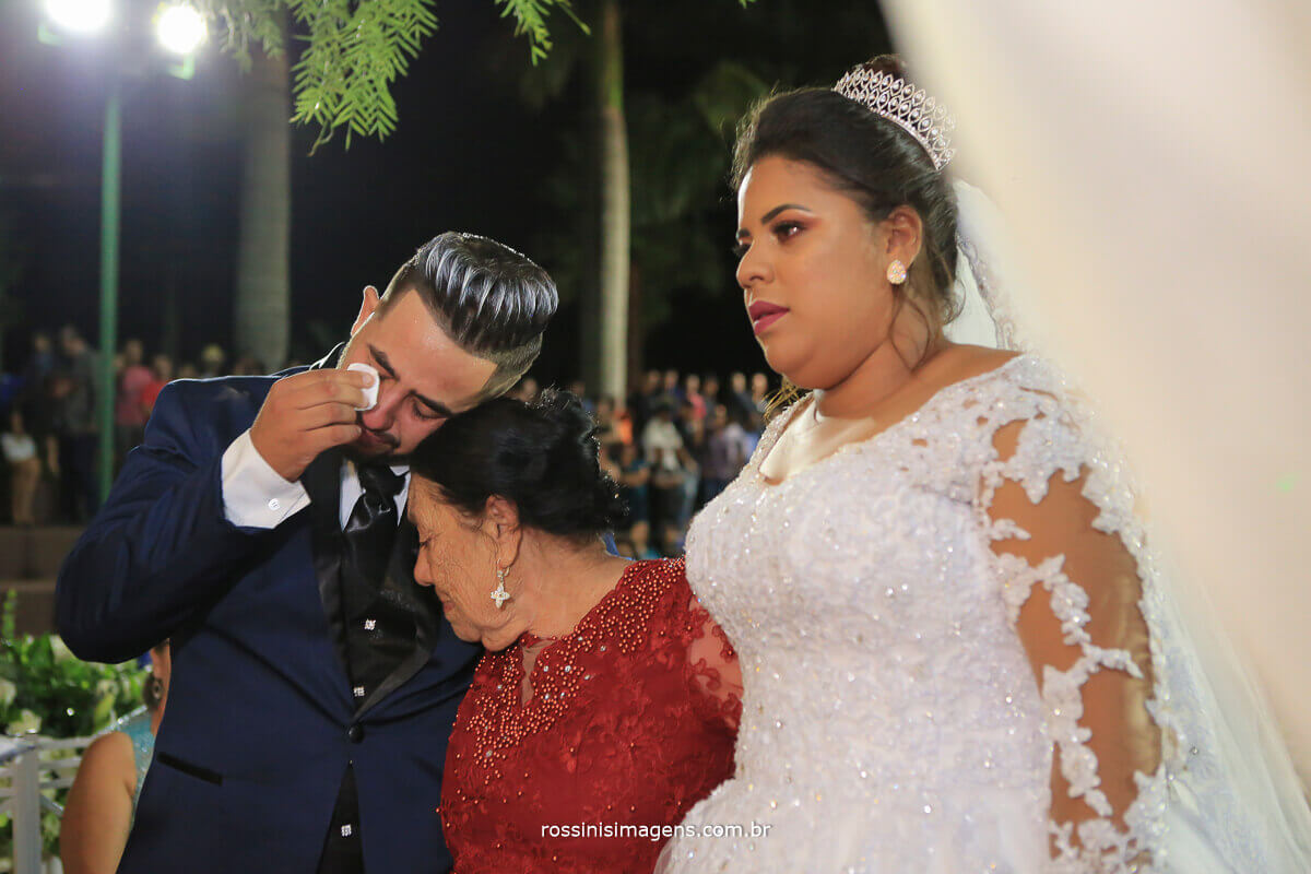 cumprimento da avo com os noivos no altar