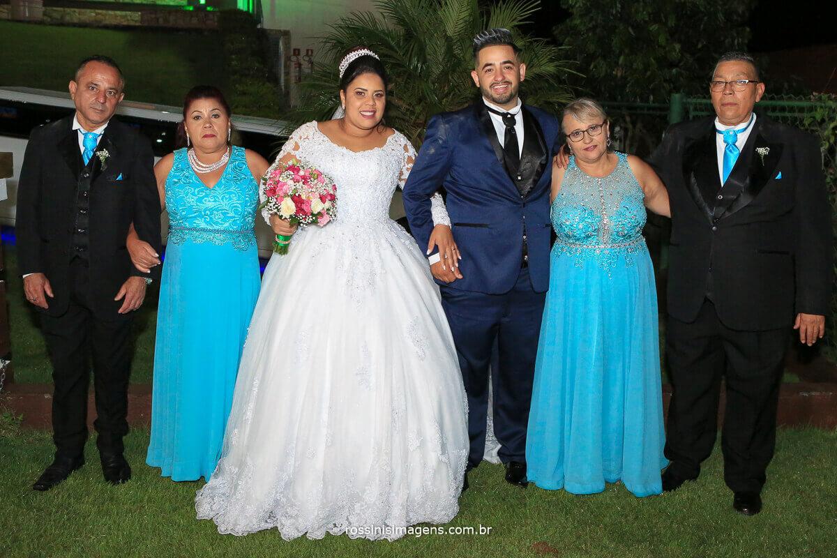 sessão de fotos com os pais dos noivos coletiva