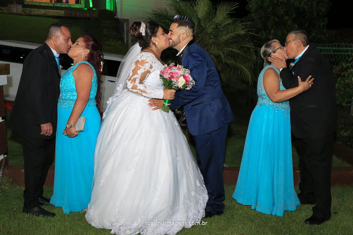 noivos e pais beijando, sogros beijando, sogras beijando, casais beijando