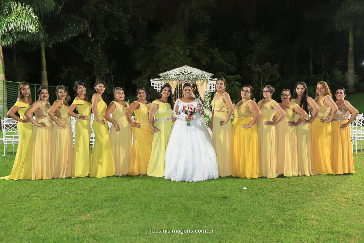 madrinhas de amarelo, vestido amarelo e noiva de branco, fotografia coletiva com as madrinhas